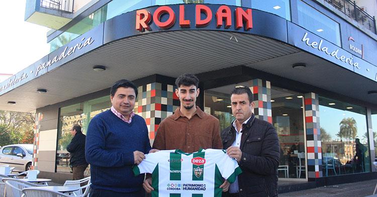 Dani Fernández muestra su camiseta entre el presidente del Córdoba Patrimonio, José García Román, y el gerente de Pastelerías Roldán, Pedro Roldán.