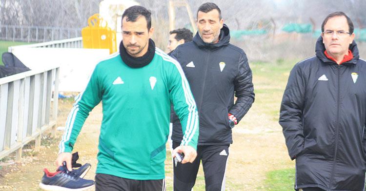 Miguel de las Cuevas a la conclusión del entrenamiento con Raúl Agné al fondo cariacontecido.