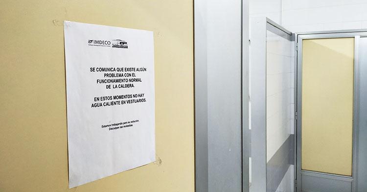 El cartel que llevan viendo los usuarios de Valdelleros durante más de nueve meses cuando acceden a los vestuarios.