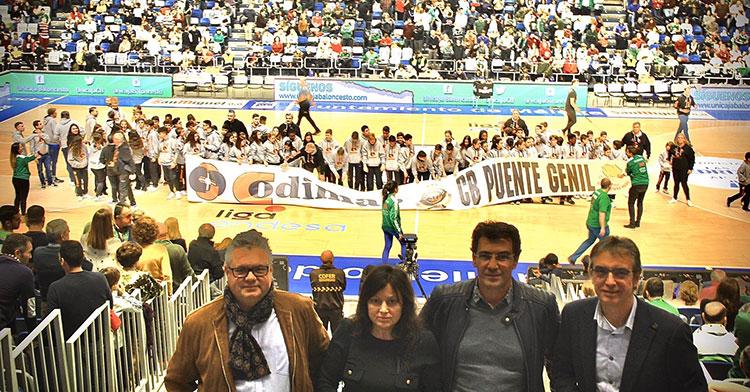 El alcalde de Puente Genil, Esteban Morales, junto a los representantes del club Rodillos Codimar con los chavales de su cantera al fondo sobre la pista del Martín Carpena de Málaga.