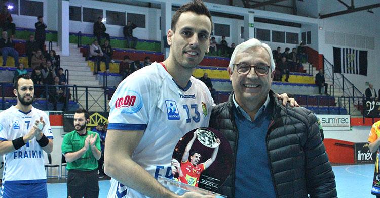 Adriá Figueras recibiendo el reconocimiento del Ángel Ximénez-Avia por su título de campeón de Europa con los Hispanos.