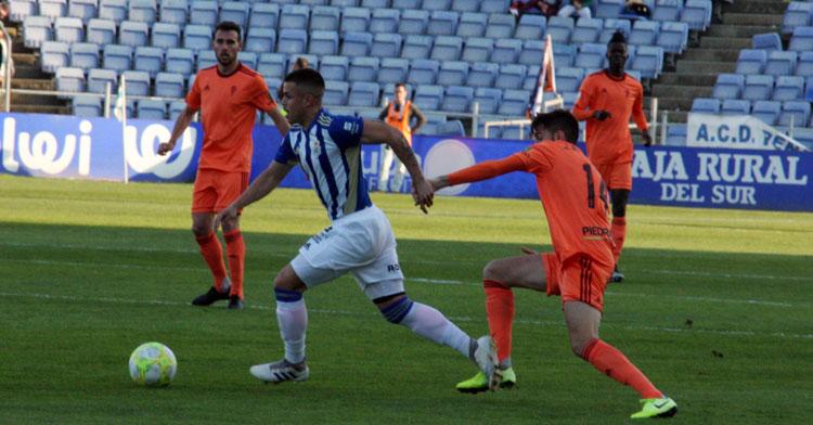 José Antonio González desbordado por un jugador del Recre. Autor: Paco Jiménez
