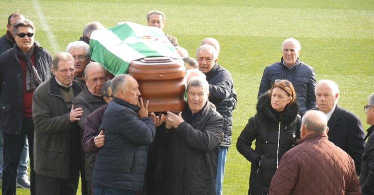 Los amigos y veteranos del Córdoba portan a hombros el féretro de José Luis Navarro. Foto: Córdoba CF