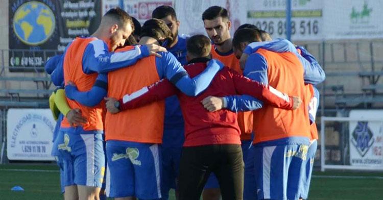 Los jugadores del Villarrubia conjurándose antes de la victoria de la pasada semana contra el Algeciras. Foto: Alberto Beamud