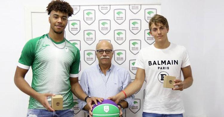 Ismael Tamba, a la izquierda, el día que su club le reconoció su éxito con la sub 18. Foto: Unicaja