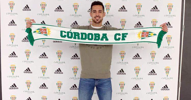 Iván Navarro sosteniendo una bufanda del Córdoba CF. Foto: CCF