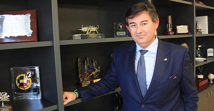 Javier González Calvo posando junto a la escarapela de la Real Federación Española de Fútbol.