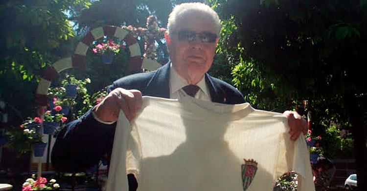 José Luis Navarro mostrando la histórica camiseta del ascenso a Primera en Huelva.