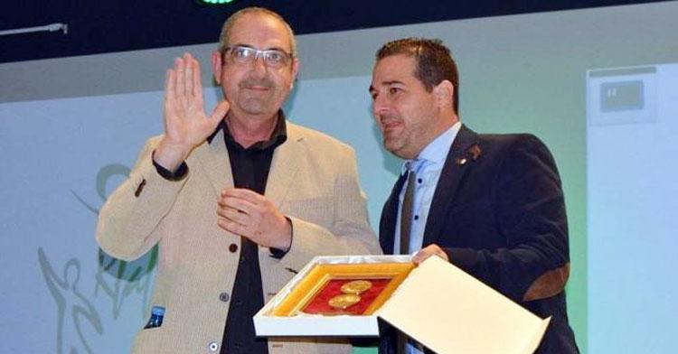 José Manuel Domínguez recibiendo un reconocimiento por parte de la Federación Andaluza y Pablo Lozano. Foto: FAF