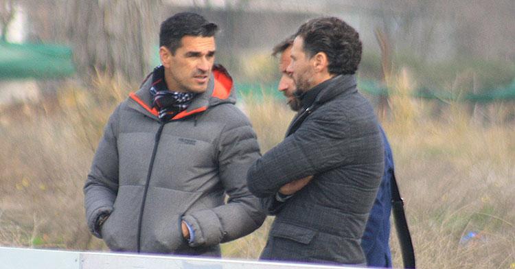 Juanito departiendo con Capi y David Ortega en la Ciudad Deportiva.