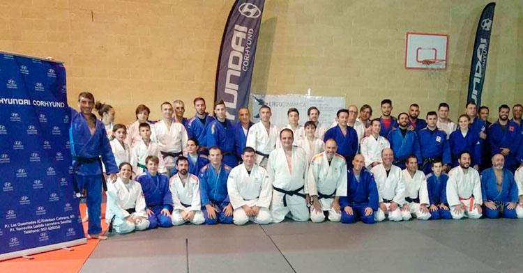 Los judocas participantes en la IV edición del Judomaster Córdoba posando en la foto de familia.