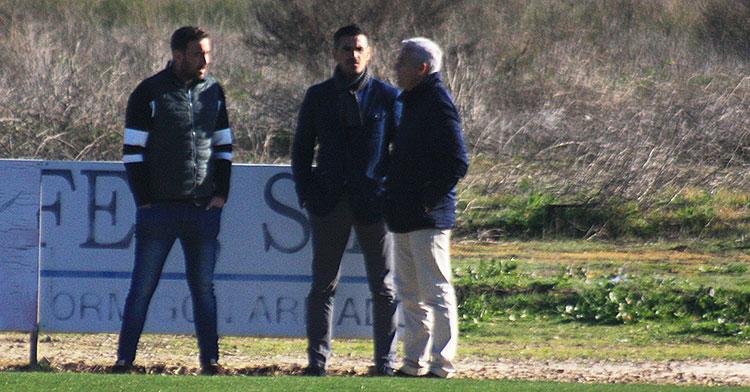 El delegado del primer equipo, Julio Cruz, departiendo con Juanito y Miguel Valenzuela a su llegada a la Ciudad Deportiva.