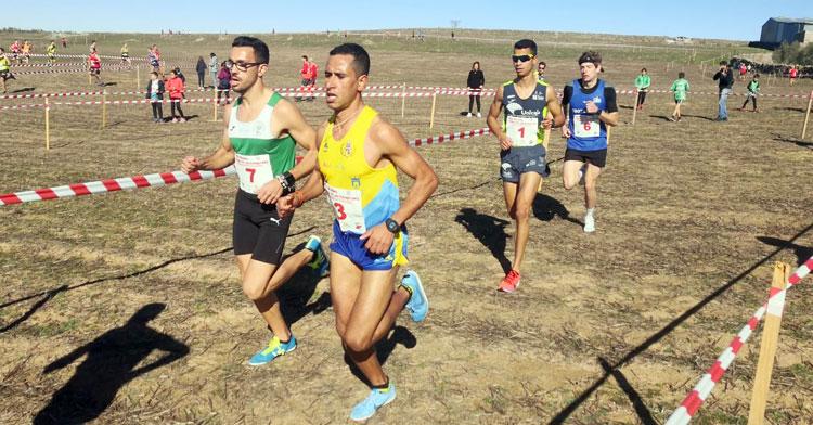 Mohamed Lansi, en la imagen con gafas de sol y el dorsal 1, fue el vencedor en Villanueva. Foto: Club Trotasierra
