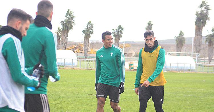 Ángel Moreno abandonando la Ciudad Deportiva junto a Luis Garrido, con Sebas Moyano a la izquierda que también sale del club.