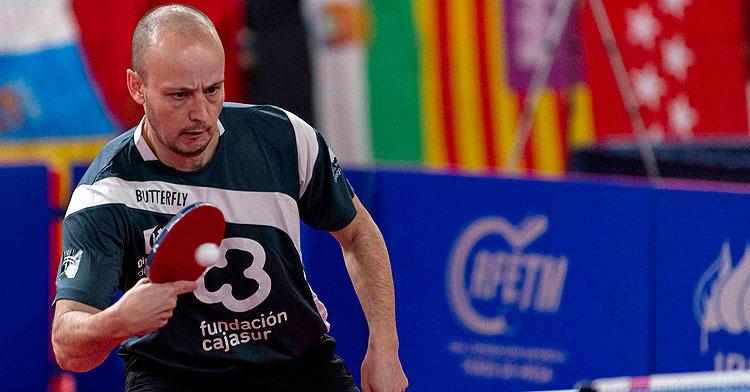 Carlos Machado golpeando la bola