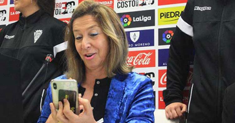 Magdalena Entrenas bromeando con su móvil en una imagen de archivo