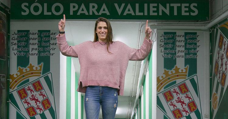 María Flores disfrutando de sus prmeras horas ya oficiales como cordobesista. Foto: Córdoba CF