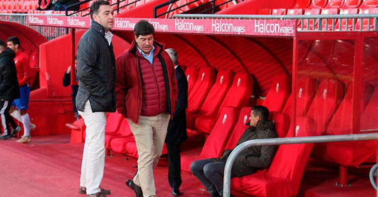 Los consejeros Miguel Gómez y Jesús Coca, con Juanito y Valenzuela al fondo en el banquillo nazarí.