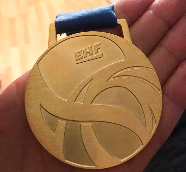 El detalle de la medalla de oro de los Hispanos en la mano de César Montes.
