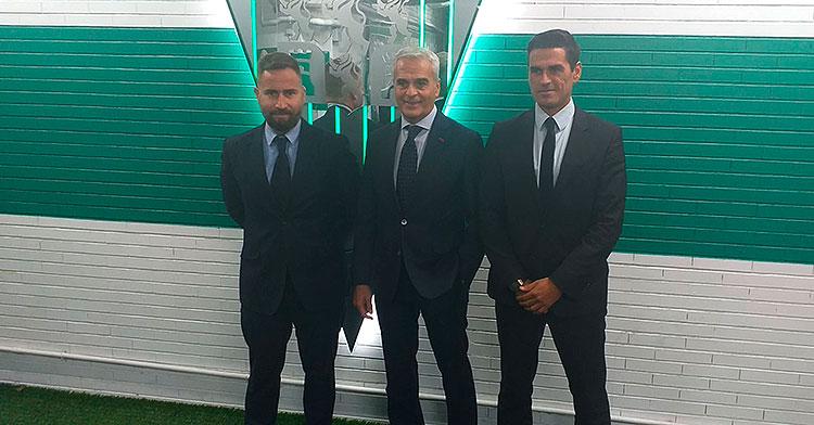 De izquierda a derecha David Ortega, Miguel Valenzuela y Juanito posando bajo el escudo del Córdoba como nuevos integrantes de su secretaria técnica.