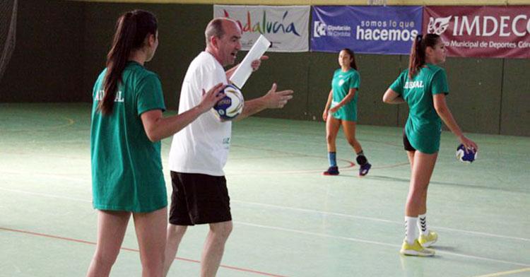 Rafa Moreno explicando movimientos en el entrenamiento. Autor: Paco Jiménez