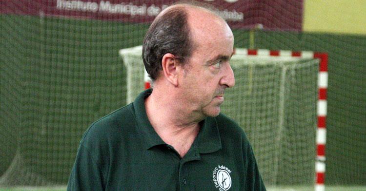 Rafa Moreno sigue, serio, el juego de su equipo. Autor: Paco Jiménez