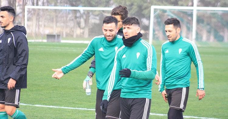 Sebas Moyano departiendo esta mañana con Javi Flores a la conclusión del entrenamiento.