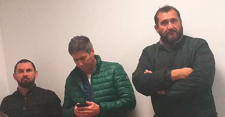 De derecha a izquierda, Rafael Herrerías, Alfonso Serrano y Jorge Rodríguez de Cózar al fondo de la sala de prensa durante la presentación de los nuevos integrantes de la secretaría técnica