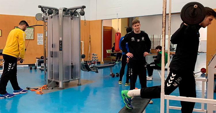 Varios jugadores del Ximénez en una sesión de gimnasio durante su pretemporada invernal que ya finaliza.