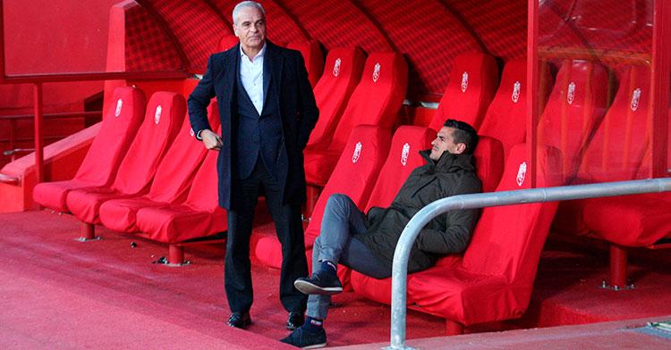 Miguel Valenzuela junto a Juanito en el banquillo de Los Cármenes hace dos semanas.