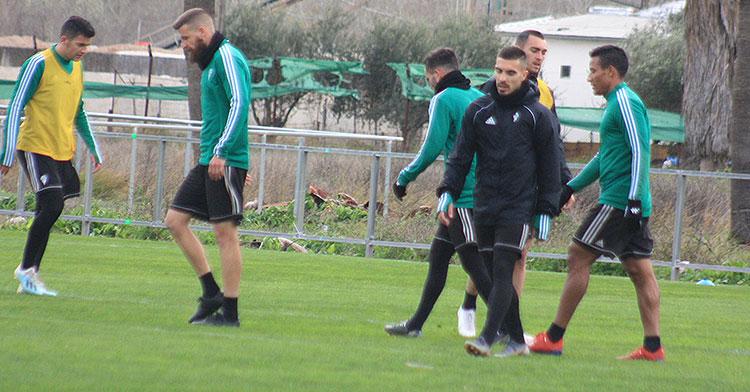 Zelu en uno de sus últimos entrenamientos con el Córdoba entre Chus Herrero y Luis Garrido.