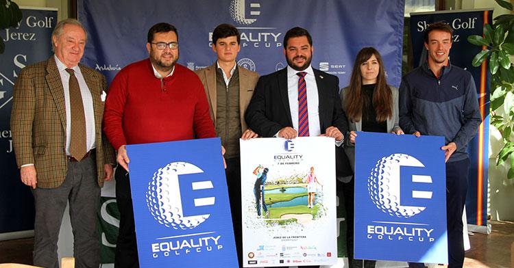 El golfista cordobés Víctor Pasto, a la derecha, junto a la directora de la Equality Gop Cup, y los representantes de las instituciones públicas durante la presentación del evento en Jerez.
