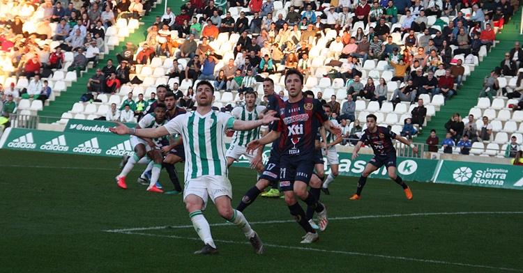 Javi Flores peleando un balón con un contrario. Autor: Paco Jiménez