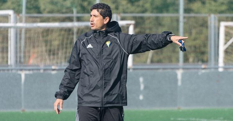 Juanma Pavón, técnico del Cádiz B, dando indicaciones a sus jugadores. Foto: Cádiz CF