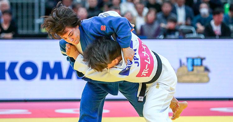 Julia Figueroa luchando con la nipona Funa Tonaki, primera cabeza de serie en Düsseldorlf.