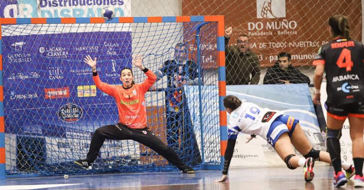 Meriem Ezbida, la portera cordobesa que forma parte del Atlético Guardés, recibiendo un lanzamiento. Foto: Meriem Ezbida