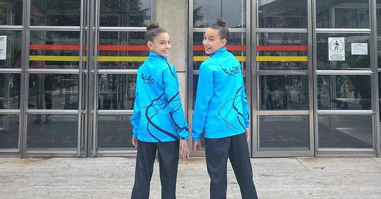 Las gimnastas del Liceo Desiré Rodríguez y Natalia Moreno antes de entrar al control federativo en Madrid