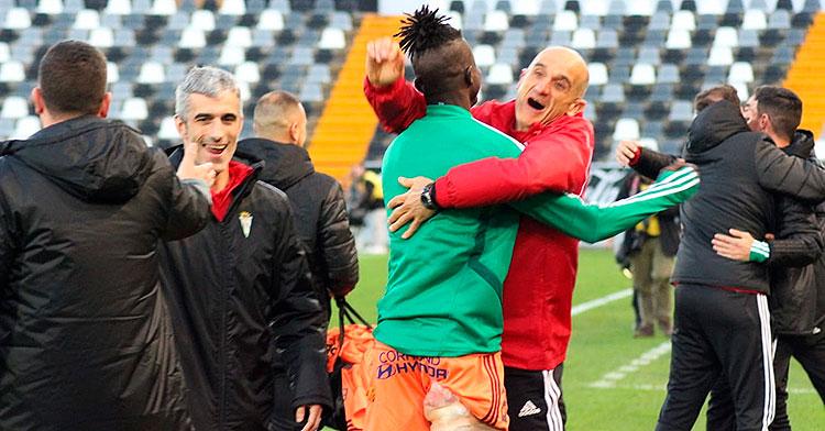 El nuevo doctor del Córdoba José Miguel Bretones, a la izquierda, mientras Djetei y Toni Masferrer celebran el triunfo en Badajoz.