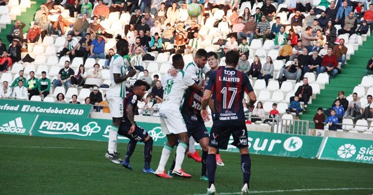 Willy peleando un balón en el partido contra el Yeclano de la 2019-20. Autor: Paco Jiménez