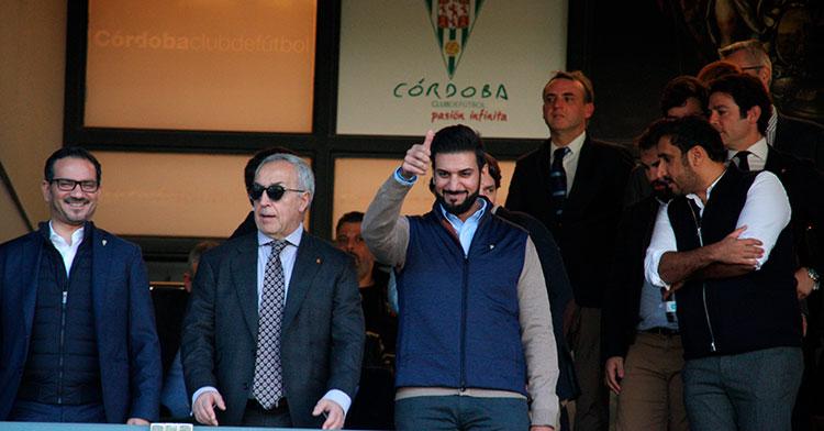 El presidente del Córdoba, Abdulla Al Azin, muestra su pulgar al cordobesismo, acompañado por Alejandro Blanco, presidente del COE, invitado al palco por segunda vez por Mohammed Al Nusuf, secretario general del Comité Olímpico de Baréin