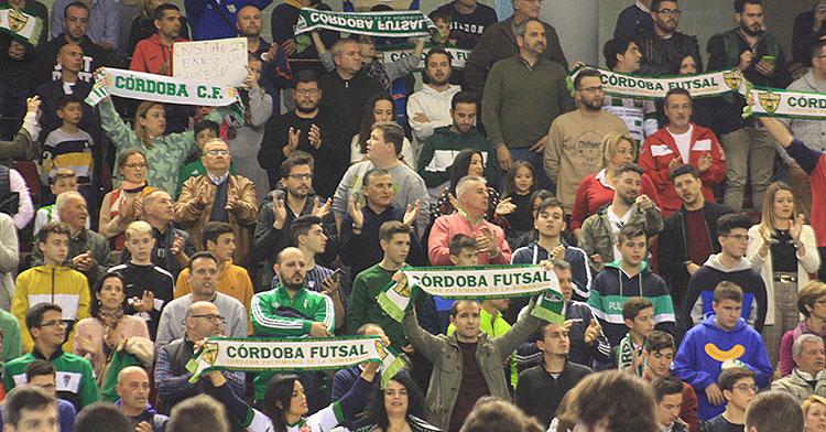 La afición entregada en el Vista Alegre ante el Zaragoza.