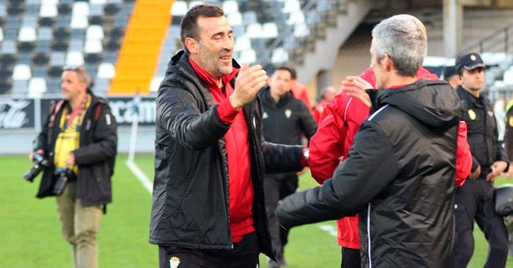 Raúl Agné celebrando el triunfo antes de abrazarse con el nuevo médico del Córdoba CF