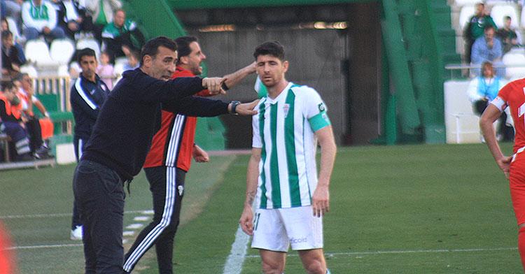 Cuando no pinta bien. Raúl Agné dando instrucciones a Javi Flores.