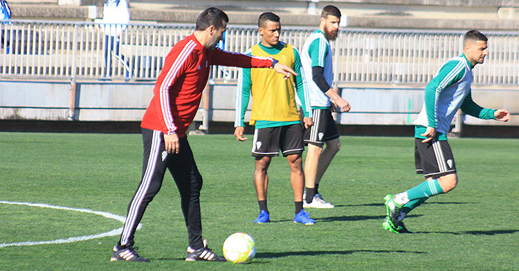 Raúl Agné dando instrucciones con Luis Garrido al fondo y Chus Herrero.