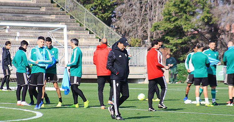 Pensativo, Raúl Agné durante una sesión de entrenamientos de esta semana.