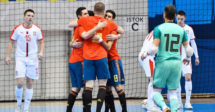 Bebé es felicitado por sus compañeros en uno de los tantos de España. Foto: @sefutbol