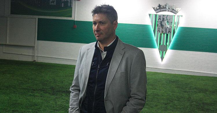 Pensativo. Alfonso Serrano antes de la presentación de sus dos últimos fichajes en el Córdoba CF.