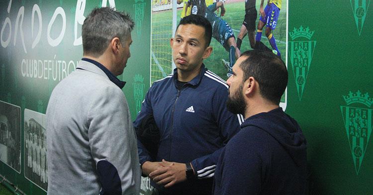 Alfonso Serrano y Jorge Rodríguez de Cózar departiendo con el agente de Luis Garrido.