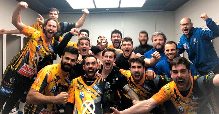 La fiesta del vestuario del Ángel Ximénez-Avia tras ganar en Pamplona al Helvetia Anaitasuna.