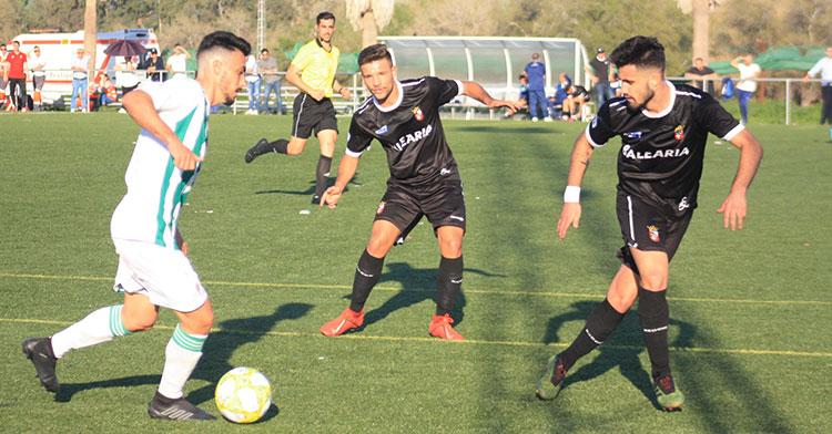 Antonio Moyano encarando a dos jugadores del Ceuta.